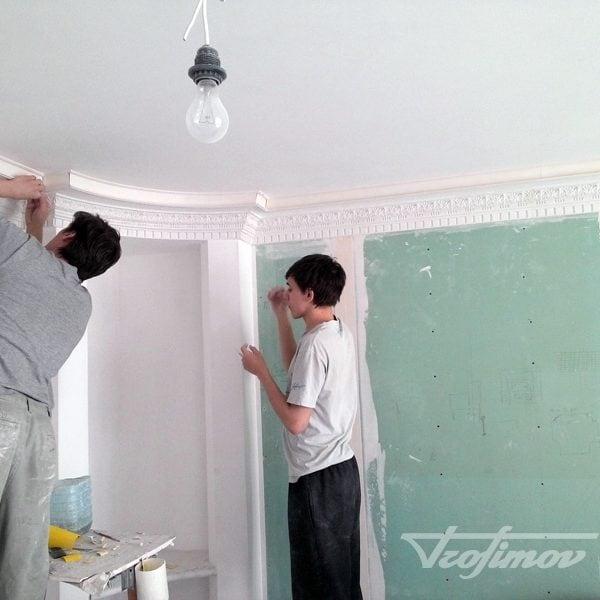 montazh-bagetov-i-potolochnih-plintusov-3